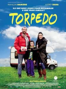 Affiche du film Torpédo (Les 3 héros du film posent en souriant devant un camping-car)