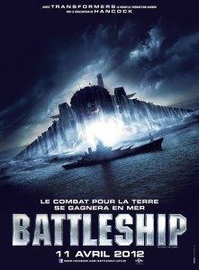 Affiche du film Battleship: un énorme vaisseau extraterrestre sort de l'eau face à un navire de guerre