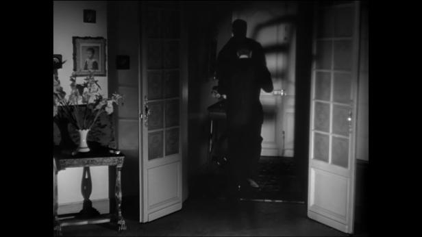 Photo de Max sortant de l'appartement de Betty