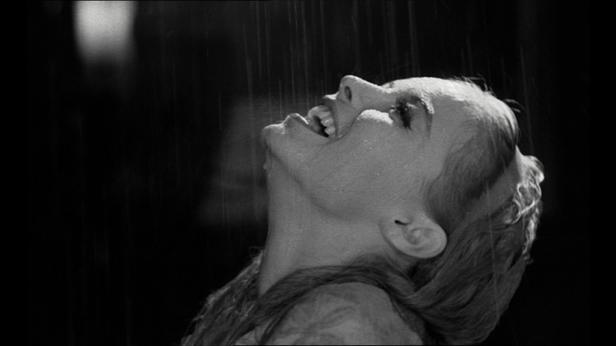 Photo de Cécilia riant sous la pluie