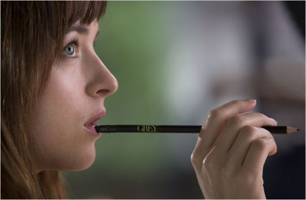 Photo d'Anastasia suçotant sensuellement son crayon