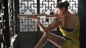 Photo Rebecca Ferguson en position de tir sexy