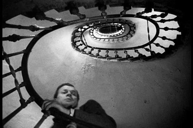 Joseph Cotten dans un escalier