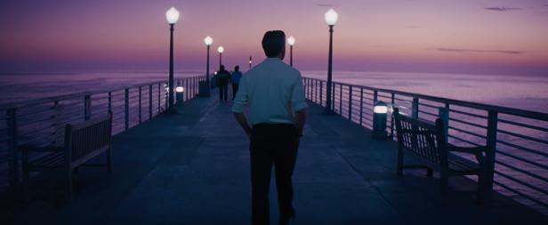 Photo Ryan Gosling sur une jetée bordée de réverbères