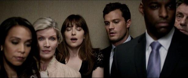 Anastasia et Christian sont dans un ascenseur