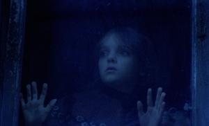 Photo petite fille blonde derrière la fenêtre