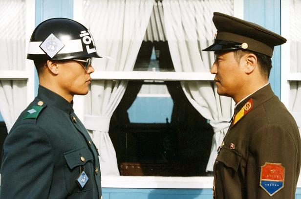 Photo du film JSA Deux soldats s'affrontant du regard