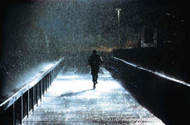 Photo du film JSA Homme fuyant de nuit sous la pluie