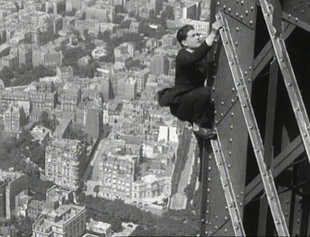 Vertigineuse escalade de la tour Eiffel par l'aviateur